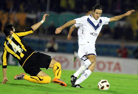 El jugador de Vélez Sarsfield Juan Domínguez (d) es marcado por Alejandro González (i), de Peñarol/EFE