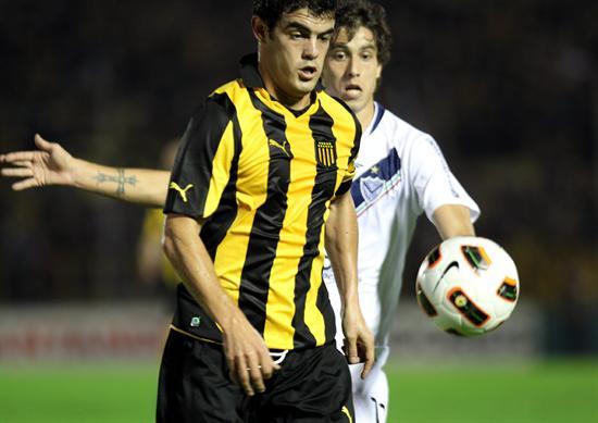 El jugador de Vélez Sarsfield Ricardo Álvarez (d) marca a Luis Aguiar (i), de Peñarol/EFE