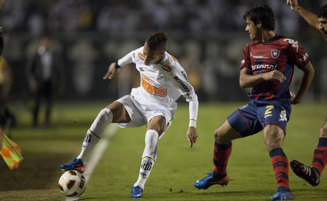 El jugador del Santos Neymar (i) es marcado por César Iván Benítez (d), de Cerro Porteño/EFE