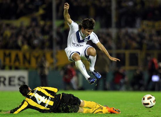 El jugador de Vélez Sarsfield Emiliano Papa (d) disputa el balón con Luis Aguiar (i), de Peñarol/EFE