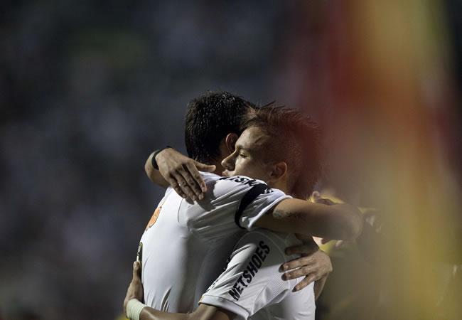 El jugador del Santos Edu Dracena (i) celebra con su compañero Neymar (d) después de anotar un gol ante Cerro Porteño/EFE