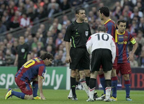 El jugador del FC Barcelona Lionel Messi (i) se recupera de una falta/EFE