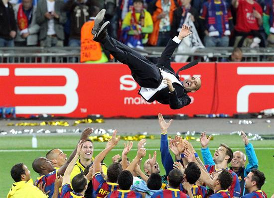 Los jugadores del FC Barcelona elevan a su técnico, Josep Guardiola/EFE