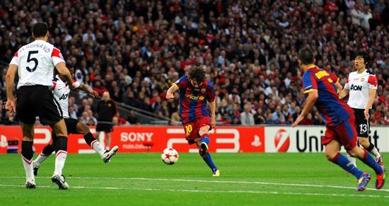 El jugador del FC Barcelona Lionel Messi (c) realiza una anotación ante el Manchester United/EFE