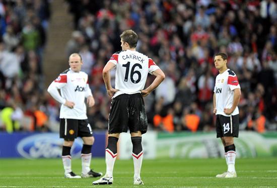 Los jugadores del Manchester United Wayne Rooney (i), Michael Carrick (c) y Javier Hernández (d) muestran su decepción/EFE