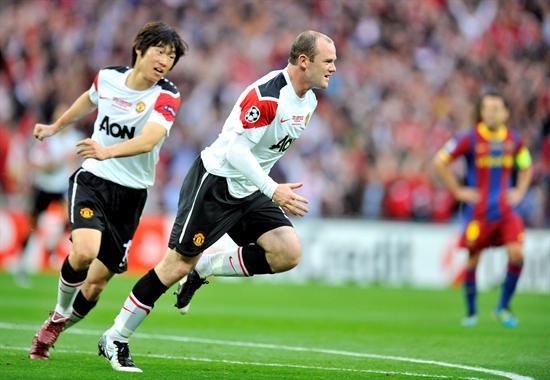 Wayne Rooney (d) del Manchester United celebra con su compañero Park Ji-Sung (i) el 1-1 que marcó contra el FC Barcelona/EFE