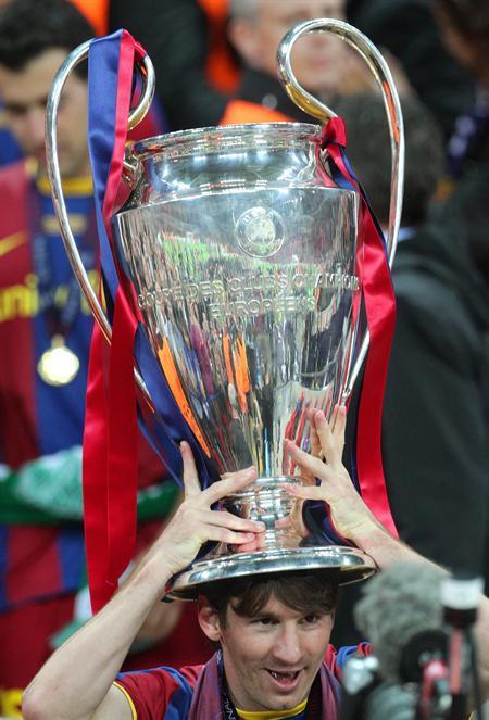 El jugador argentino del FC Barcelona Lionel Messi celebra con el trofeo de la Liga de Campeones/EFE