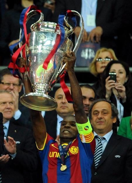 El jugador del FC Barcelona Eric Abidal es homenajeado por sus compañeros/EFE