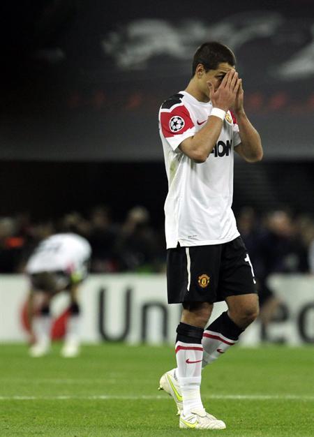 El jugador del Manchester Javier Hernández muestra su decepción/EFE