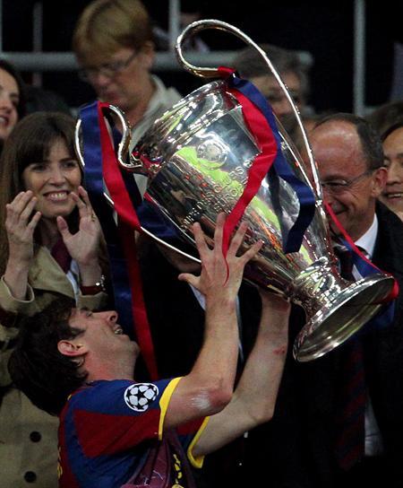El jugador del FC Barcelona Lionel Messi celebra con el trofeo/EFE