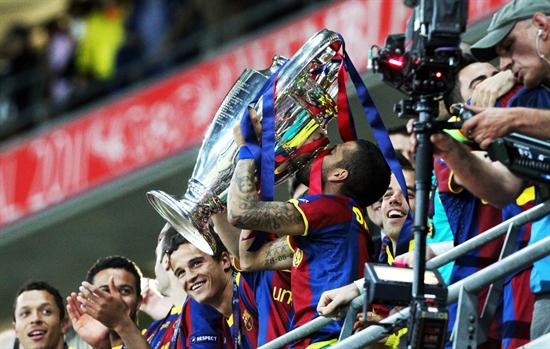El jugador del FC Barcelona Dani Alves (c) celebra con el trofeo/EFE