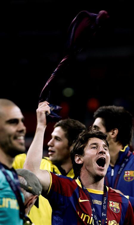 El delantero argentino del FC Barcelona Lionel Messi (d) celebra la victoria/EFE