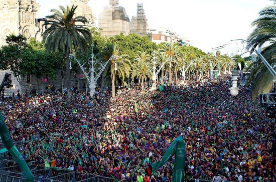 Quince mil personas siguen la final en el Arco de Triunfo de Barcelona