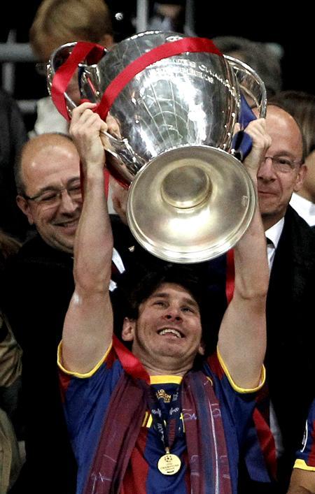 El delantero argentino del FC Barcelona Lionel Messi levanta la Liga de Campeones/EFE