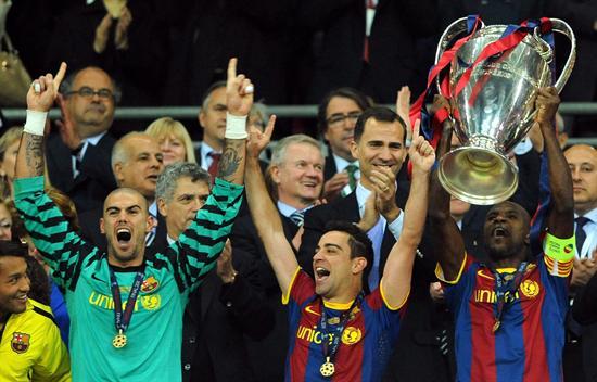 Los jugadores del FC Barcelona Víctor Valdés (i), Xavi Hernández (c) y Eric Abidal (d) celebran con el trofeo/EFE