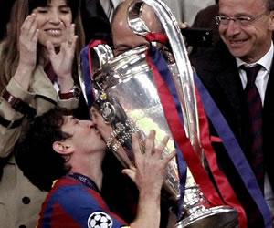 El delantero argentino del FC Barcelona Lionel Messi besa el trofeo de la Champions/EFE