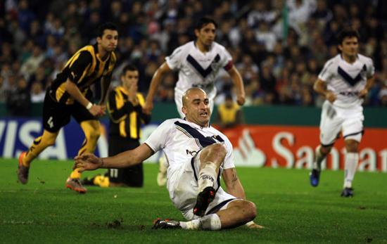 El jugador de Velez Sarsfield Santiago Silva resbala y marra el penal frente Peñarol. Foto: EFE
