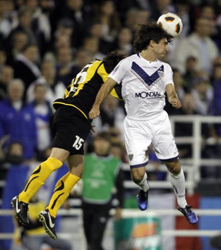 El jugador Emiliano Papa (d) de Vélez Sarsfield disputa un balón con Matías Corujo (i) de Peñarol. Foto: EFE