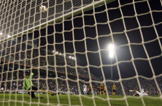 Santiago Silva de Vélez Sarsfiels (der) marra un penal ante Peñarol. Foto: EFE