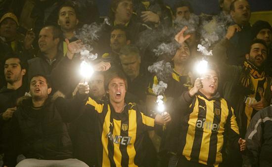 Simpatizantes de Peñarol animan a su equipo ante el Velez Sarsfield. Foto: EFE