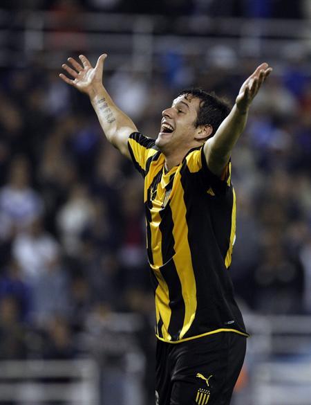 Matías Mier de Peñarol celebra su gol ante Vélez Sarsfield. Foto: EFE