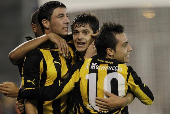 Jugadores de Peñarol celebran ante Vélez. Foto: EFE
