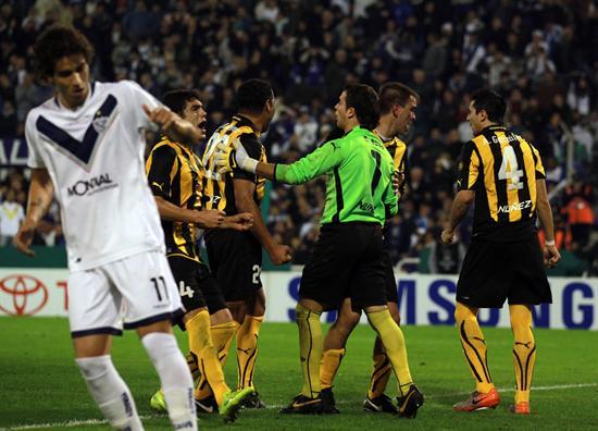 Los jugadores de Peñarol de Uruguay festejan el penal marrado por Santiago Silva de Vélez. Foto: EFE
