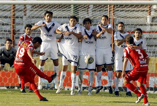 El jugador de Huracán Marcos Ojeda (i) patea un tiro libre contra el Vélez Sarsfield. Foto: EFE