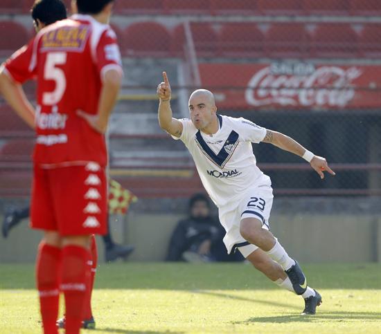 Santiago Silva de Vélez Sarsfield celebra su gol ante Huracán. Foto: EFE