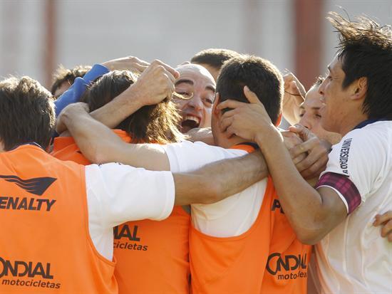 Santiago Silva (c), de Vélez Sarsfield, celebra con sus compañeros su gol ante Huracán. Foto: EFE