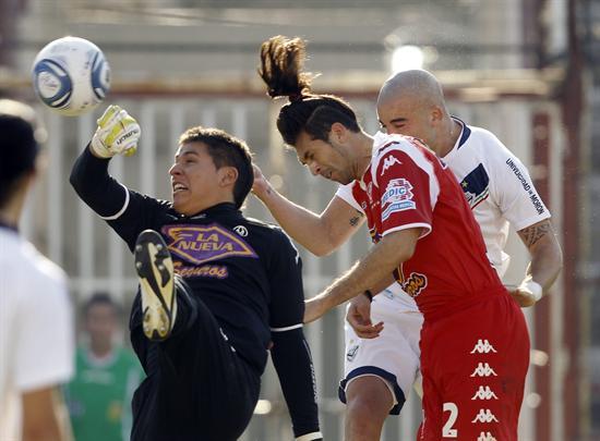 Santiago Silva (d) de Vélez Sarsfield cabecea y convierte un gol ante Huracán. Foto: EFE