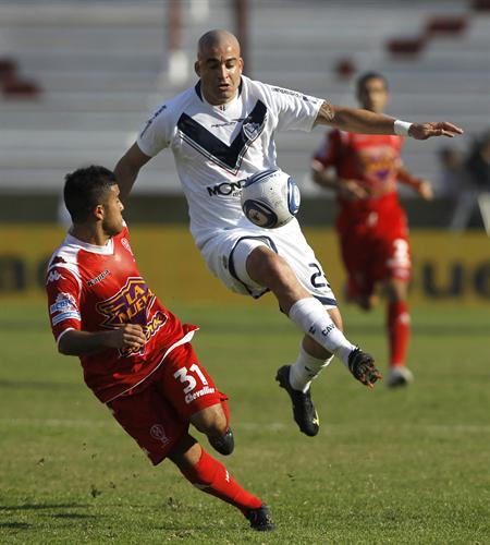 Santiago Silva (d) de Vélez Sarsfield disputa el balón con Rodrigo Lemos (i) de Huracán. Foto: EFE