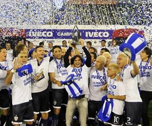 El capitán del club Vélez Sarsfield, Fabián Cubero (c), levanta el trofeo del Torneo Clausura 2011/EFE