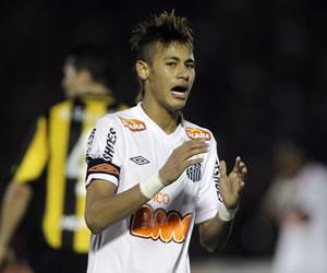 Neymar de Santos de Brasil, se lamenta tras fallar un tiro a portería de Peñarol/EFE