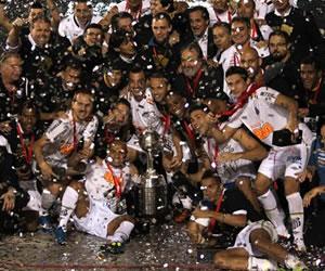 Los jugadores y el cuerpo técnico del equipo Santos de Brasil posan con la Copa Libertadores/EFE