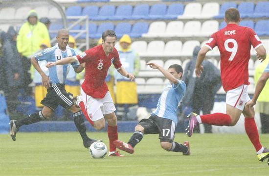 El centrocampista Nicholas Powell (i) de Inglaterra disputa el balón con el centrocampista Agustín Allione (d) de Argentina/EFE