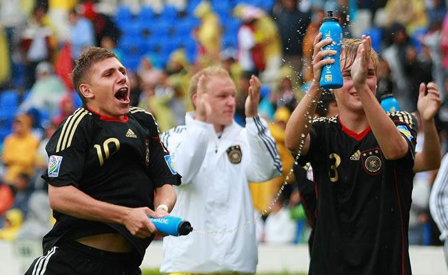 El delantero Levent Aycicek (i) y Cimo Roecker (d) de Alemania festejan su triunfo ante Estados Unidos/EFE