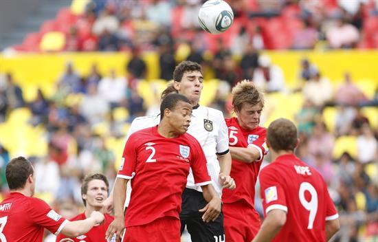 El defensa de Alemania Kaan Ayhan (c) disputa un balón con los defensas Jordan Cousins (frente) y Samuel Magri (atrás) de Inglaterra. Foto: EFE