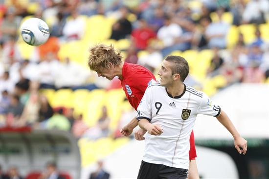 El delantero de Alemania Samed Yesil (d) disputa un balón con el defensa Samuel Magri (i) de Inglaterra. Foto: EFE