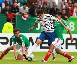 El delantero de Francia Yassine Benzia (c) disputa el balón con Jorge Caballero de México/EFE
