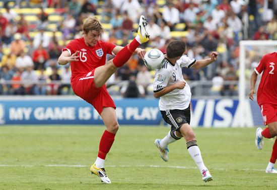 El delantero de Alemania Samed Yesil (d) disputa el balón con el defensa Samuel Magri (i) de Inglaterra. Foto: EFE