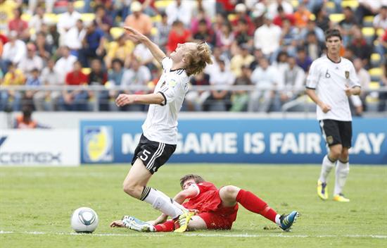El defensa de Alemania Nico Perrey (arriba) disputa un balón con John Lundstram (abajo) de Inglaterra. Foto: EFE