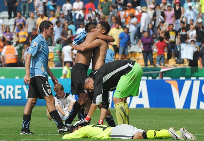 Jugadores de Uruguay celebran su triunfo ante Uzbekistán. Foto: EFE