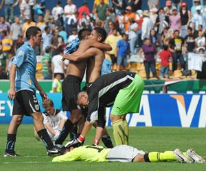 Jugadores de Uruguay celebran su triunfo ante Uzbekistán/EFE
