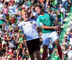 El jugador de Alemania Cimo Roecker (i) disputa el balón con Carlos Fierro (d) de México/EFE