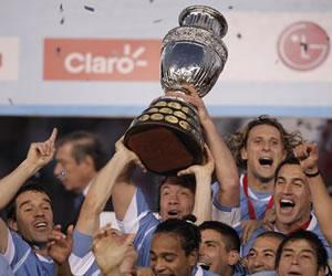 Los jugadores de la selección de fútbol de Uruguay celebran con la copa/EFE