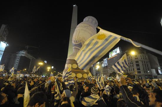 El Obelisco fue tomado por la hinchada uruguaya