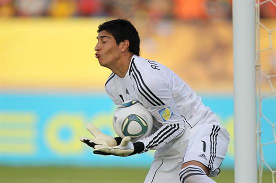 El portero de la selección sub 20 de Argentina, Esteban Andrada, retiene un disparo de Portugal/EFE