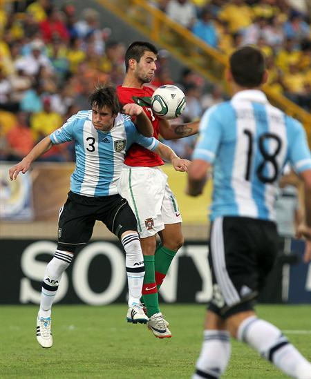 El jugador de la selección de Argentina Nicolás Tagliafico (i) disputa el balón con el portugués Sergio Oliveira/EFE