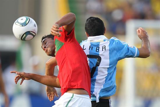 El jugador de la selección sub 20 de Portugal Cedric (i) disputa un balón aéreo con Matías Laba (d) de Argentina/EFE